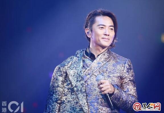 网络歌手:郑伊健演唱会秀高难度舞功,失手把麦扔掉反应超淡定